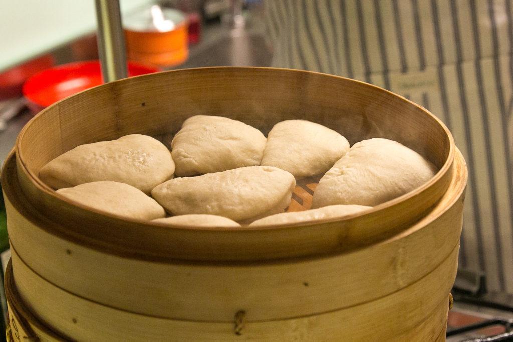 os pães da foto estão mais juntinhos porque já estão sendo requentados - na hora de assar pela primeira vez é bom dar mais espaço ;) - foto Ádon Bicalho