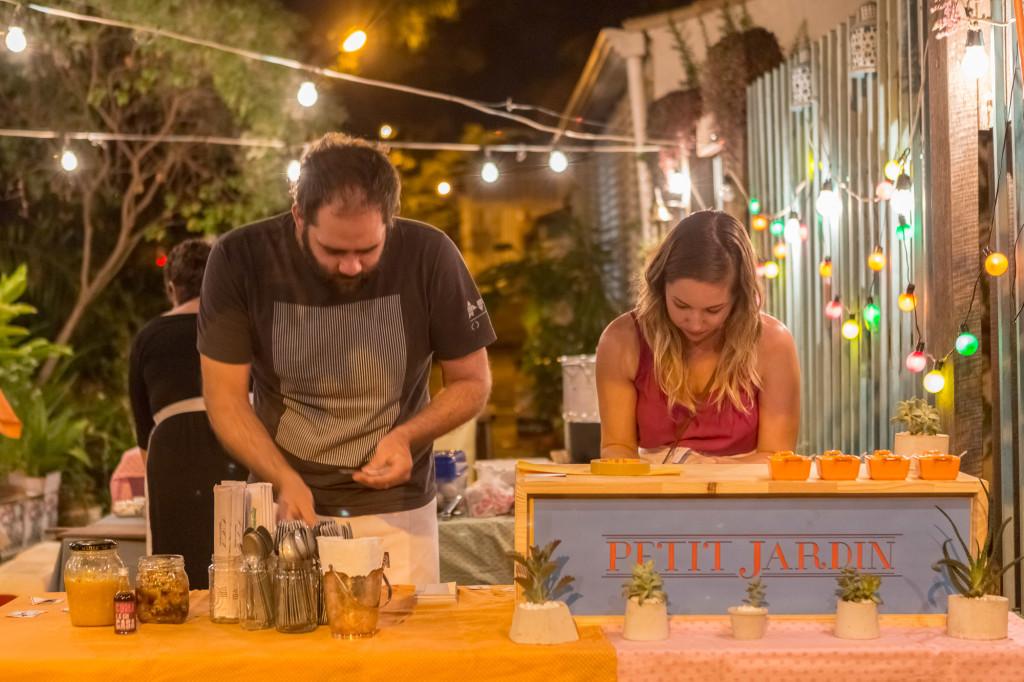 Gustavo e Fabiana organizando o caixa