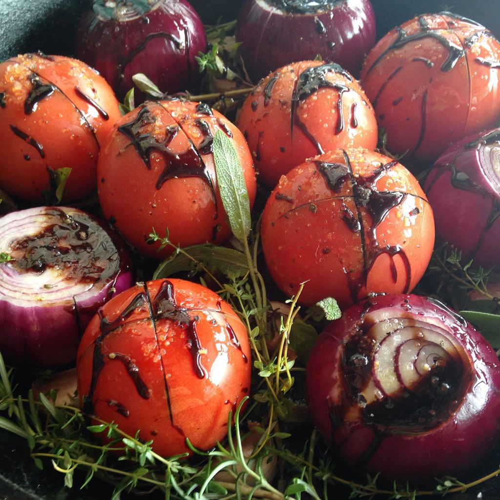 Tomates e cebolas assados no balsâmico e a simplicidade perfeita do dia-a-dia