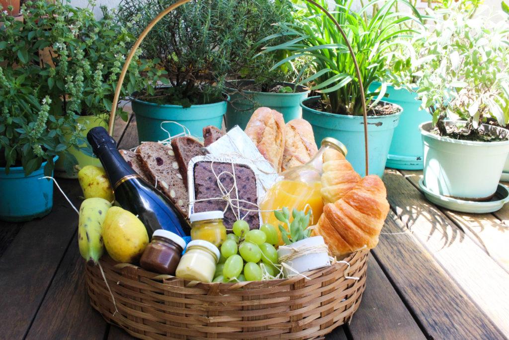 cesta de café da manhã coma no jardim