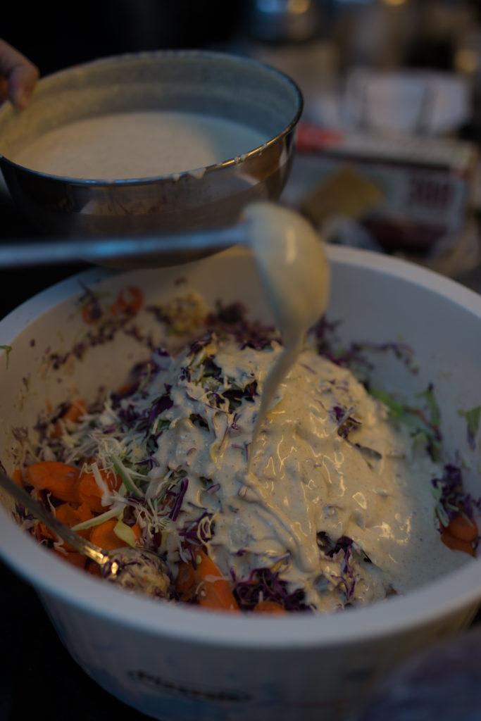 misturando quantidades enormes de coleslaw para o Coma no Jardin | Beleza Pura - foto Kauê Blass