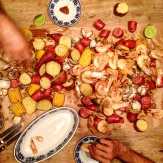 shrimp boil ou caldeirada de frutos do mar