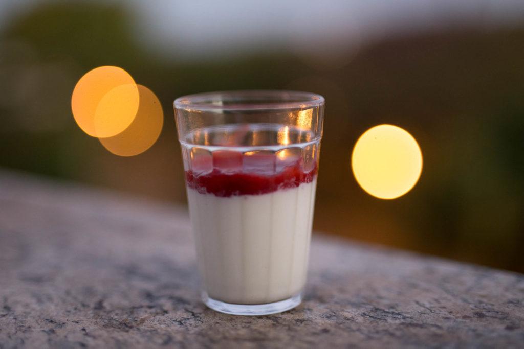 panna cotta de iogurte – leve, cremosa, refrescante, deliciosa e fácil!
