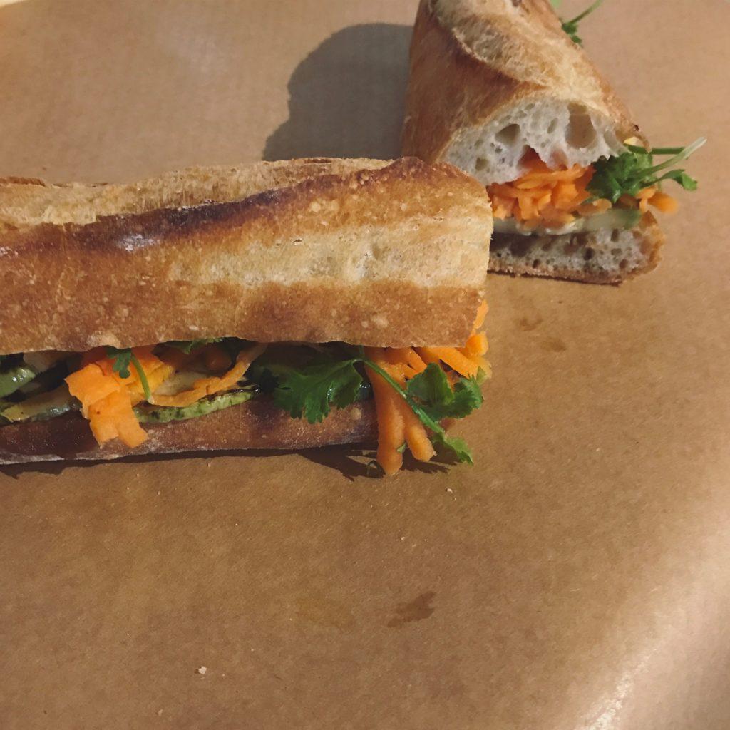 nosso bahn mi de abobrinha com pasta de amendoim temperada e picles de cenoura