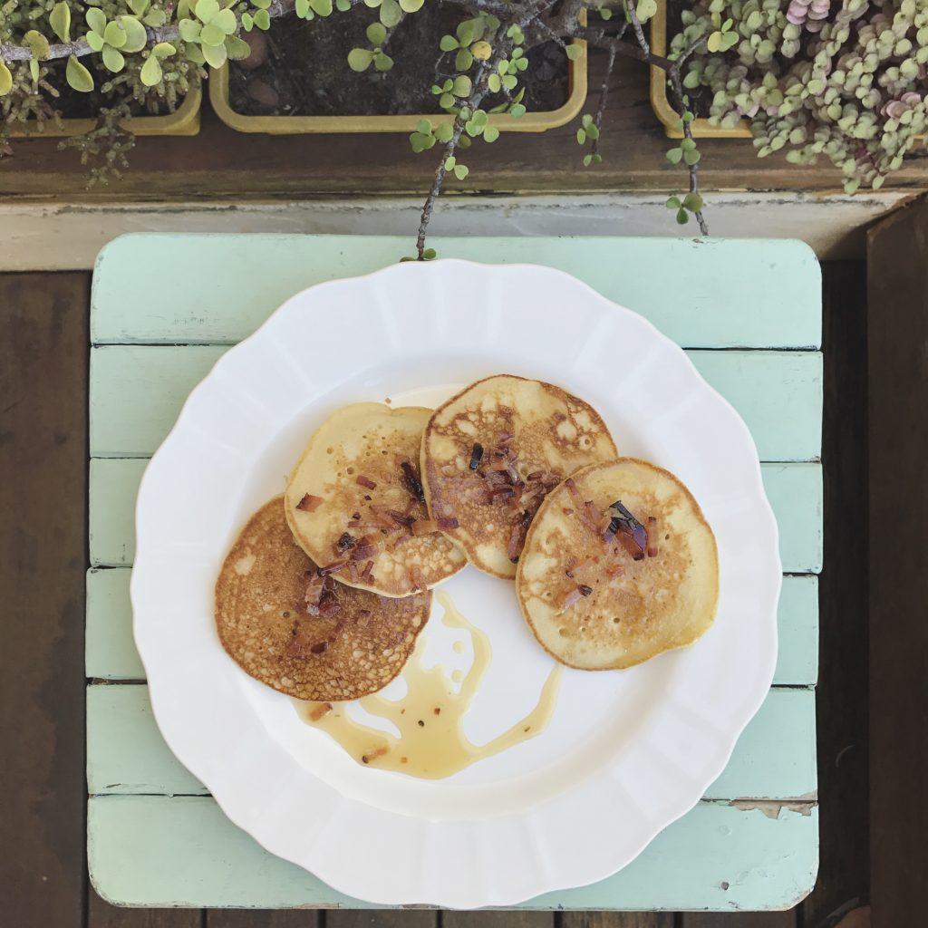 panquecas de buttermilk com calda de mel e bacon