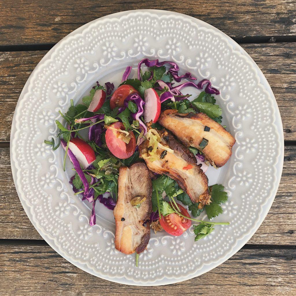 barriga de porco com salada colorida em ritmo de salsa