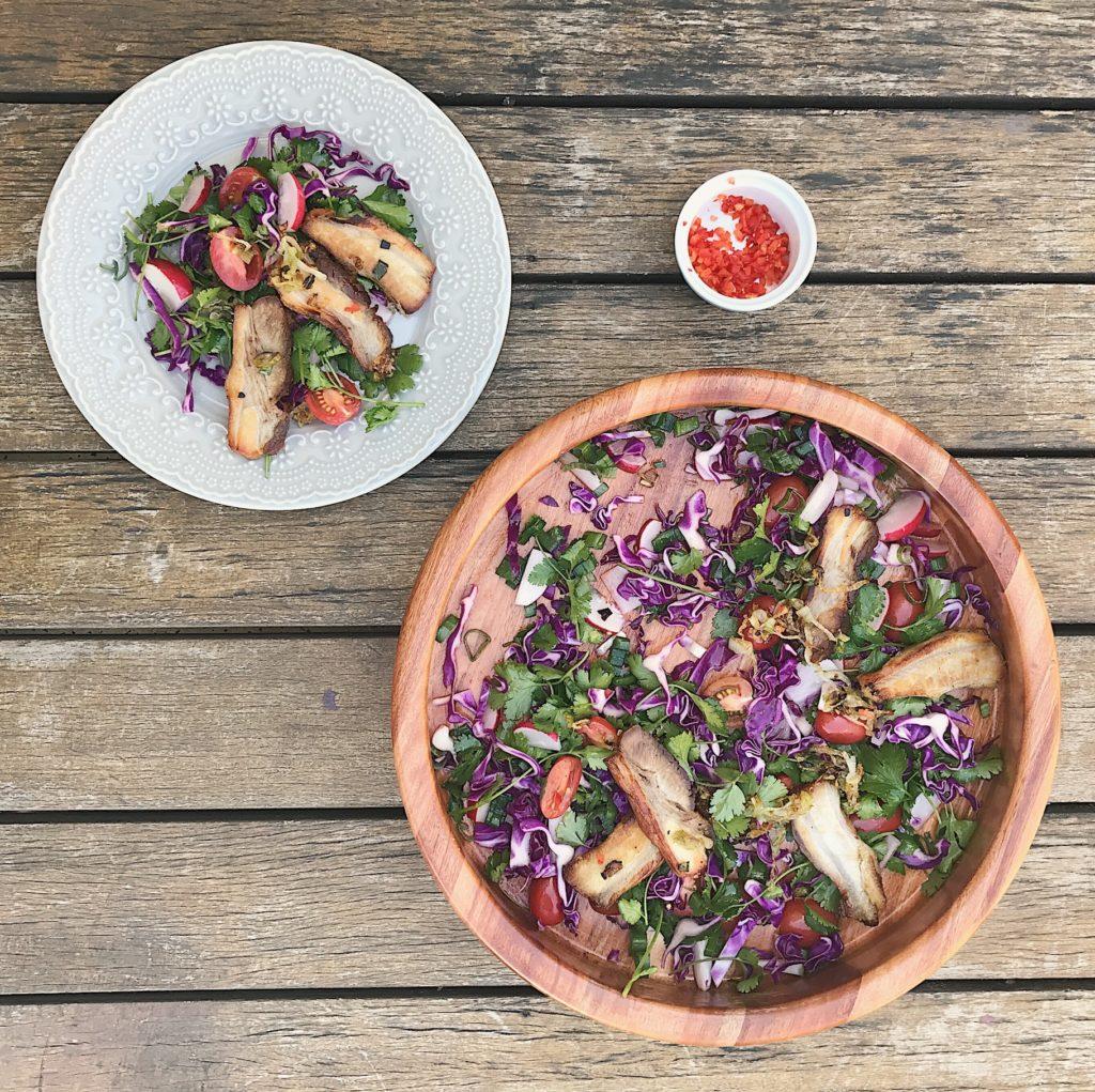 barriga de porco com salada colorida