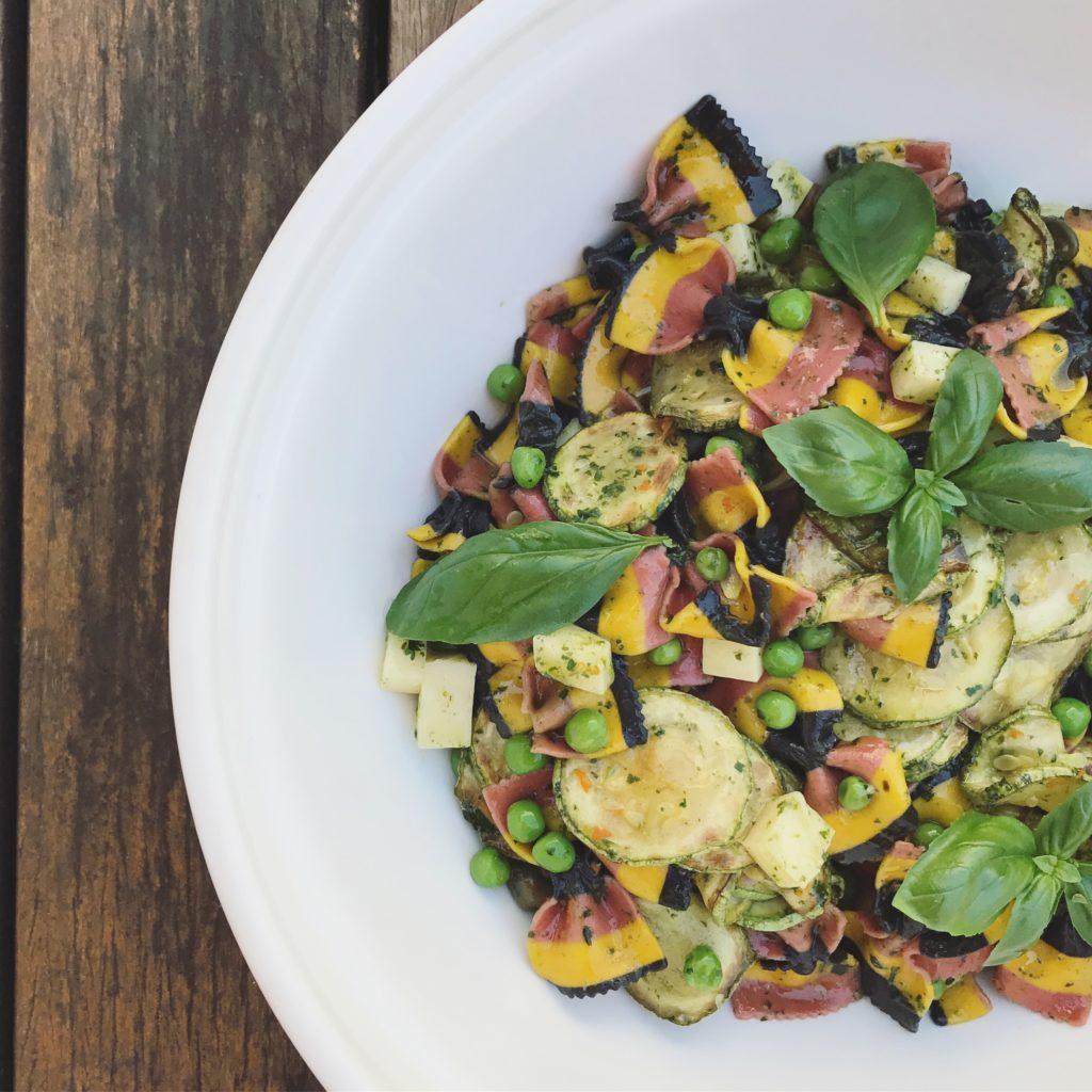aquela salada de macarrão que vai trazer alegria pro seu dia a dia