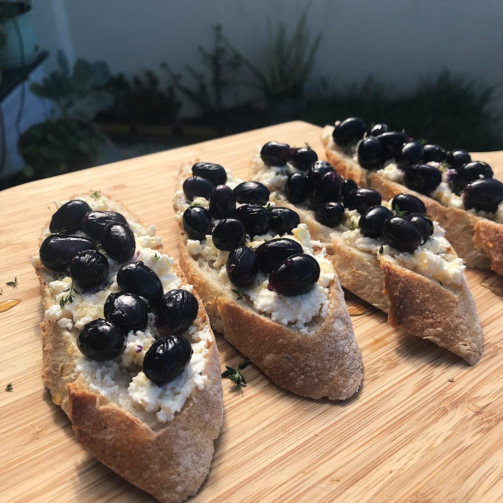 tartine de ricota caseira e uvas assadas – coma na feira