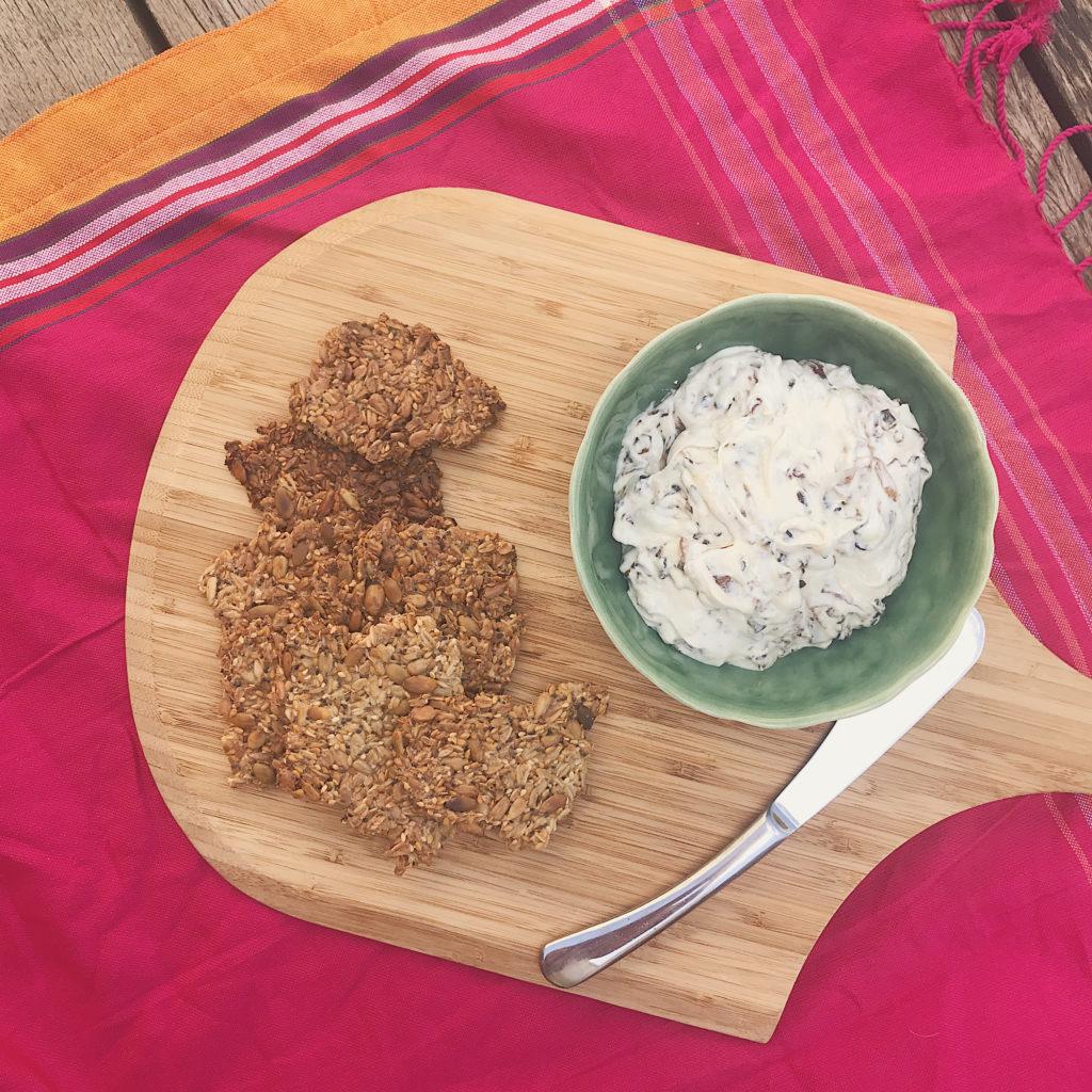 torradas de sementes com pastinha de iogurte e cebola para alegrar sua próxima festinha
