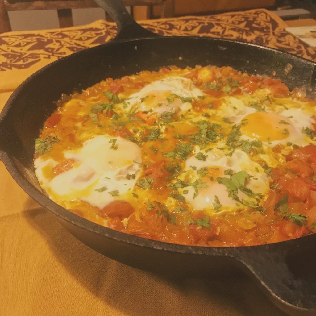 ovos no purgatório para um jantar vegetariano rápido e delicioso