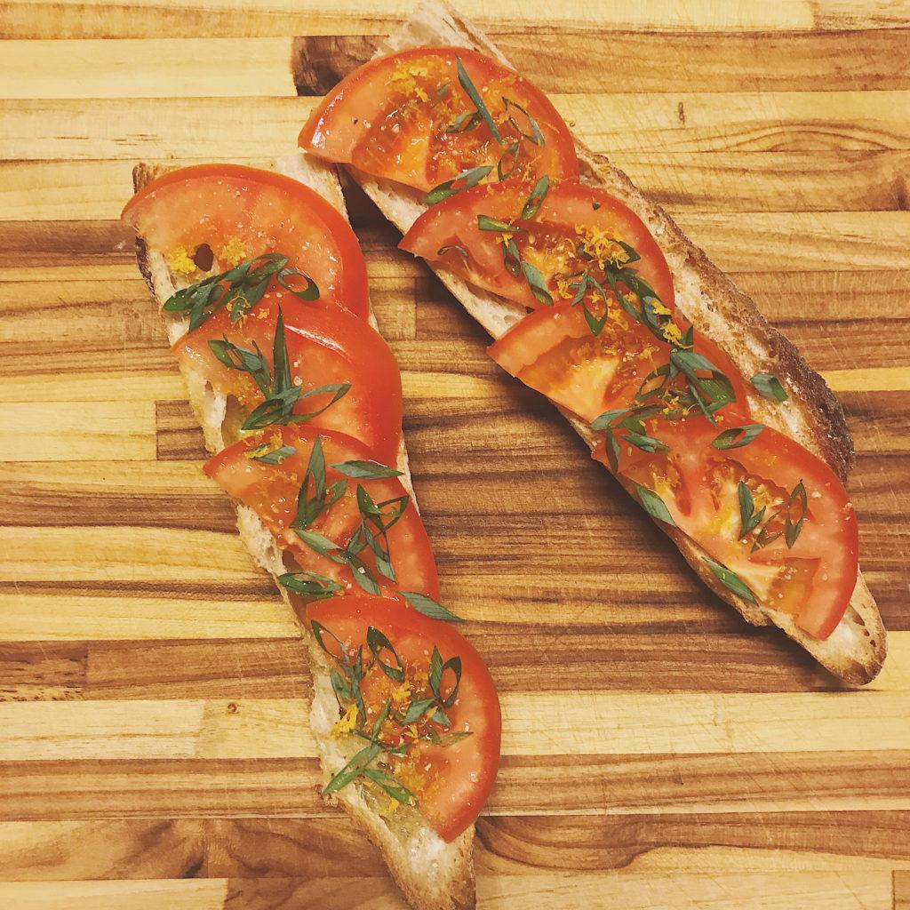 torrada de tomate com raspas de limão para um lanchinho feliz