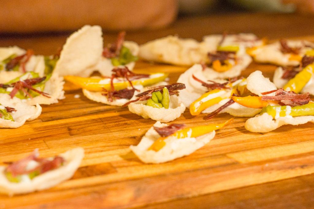 triste bahia – pimenta recheada de requeijão com mel e carne seca no mandiopã