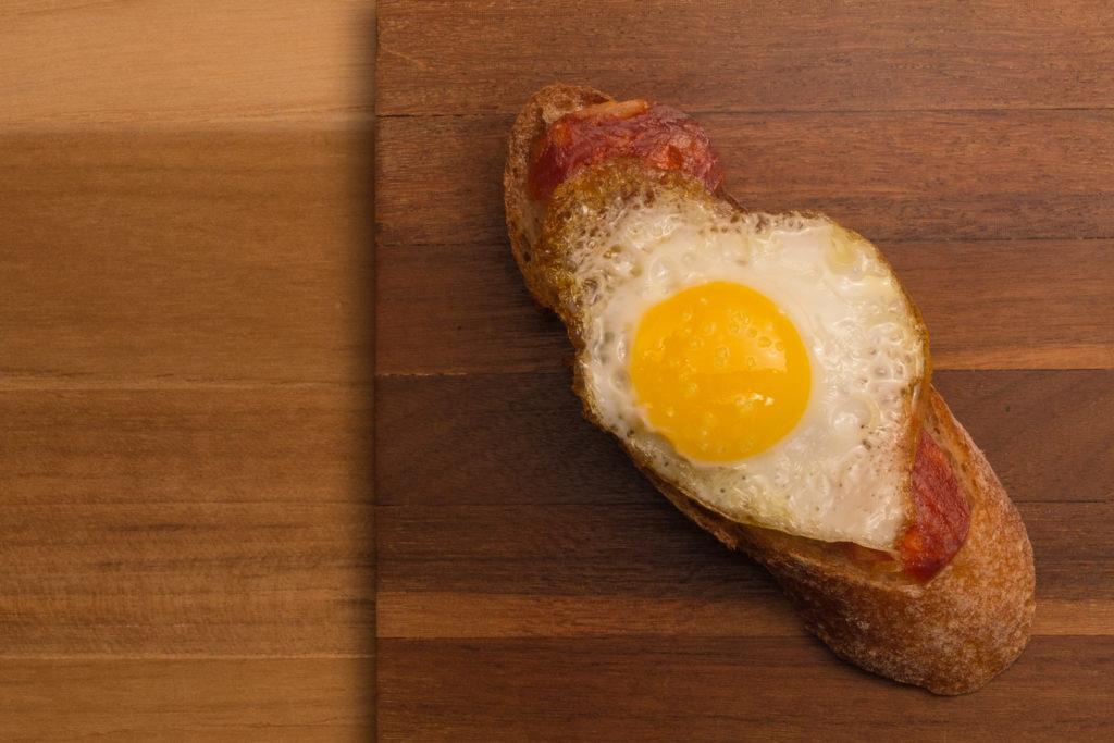 pintxo de chorizo com ovo de codorna