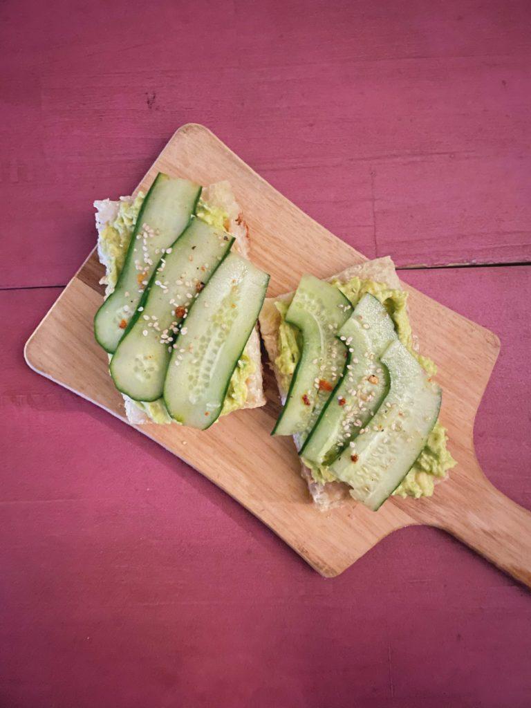 torrada de abacate e pepino com tahini